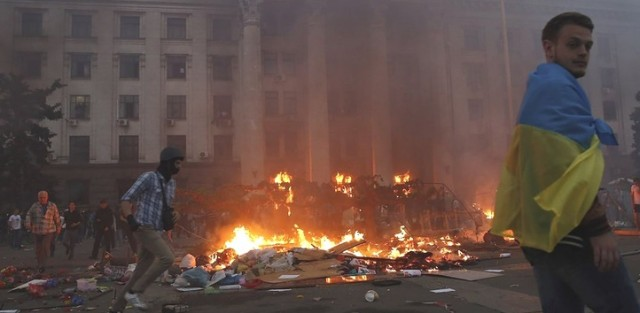 Protesters camp was burned to drive them into the building where Right Sector was waiting for them