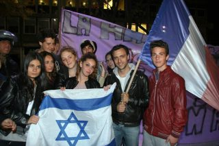 """French-Israelis hold a sign reading """"Jews of France in danger, your place is in Israel"""". (File photo)"""