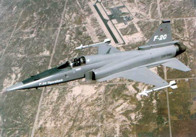 F-20_in-flight-web-lr
